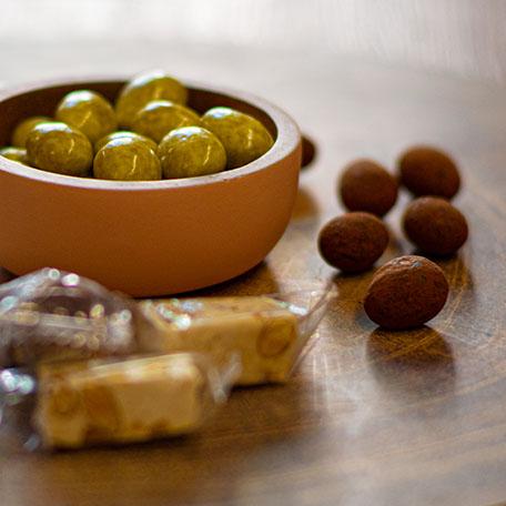 Erlesene Süßigkeiten in einem schönen Licht auf einer schönen Schale