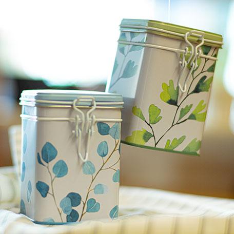 Teedosen in verschiedenen Größen und Dekors