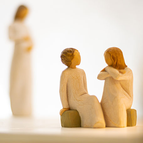 Willow Tree Figuren aus Holz die familiäre Szenen mit Eltern, Kindern, Männern und Frauen darstellen